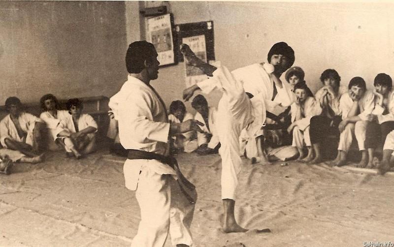 В учебном центре «Динамо» (Южно-Сахалинск, 1982). Слева – Ю.Потапенко, справа – Мин Тэ Чур